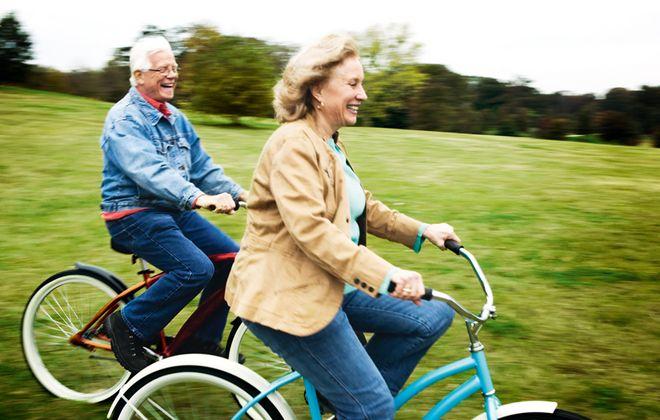 Hoe komt het dat oudere mensen meestal positiever zijn?